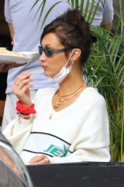 Bella Hadid eating french fries at Three Guys in New York 2020/09/24 4