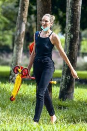Candice Swanepoel Out at a Park in Miami Beach 2020/10/25 5