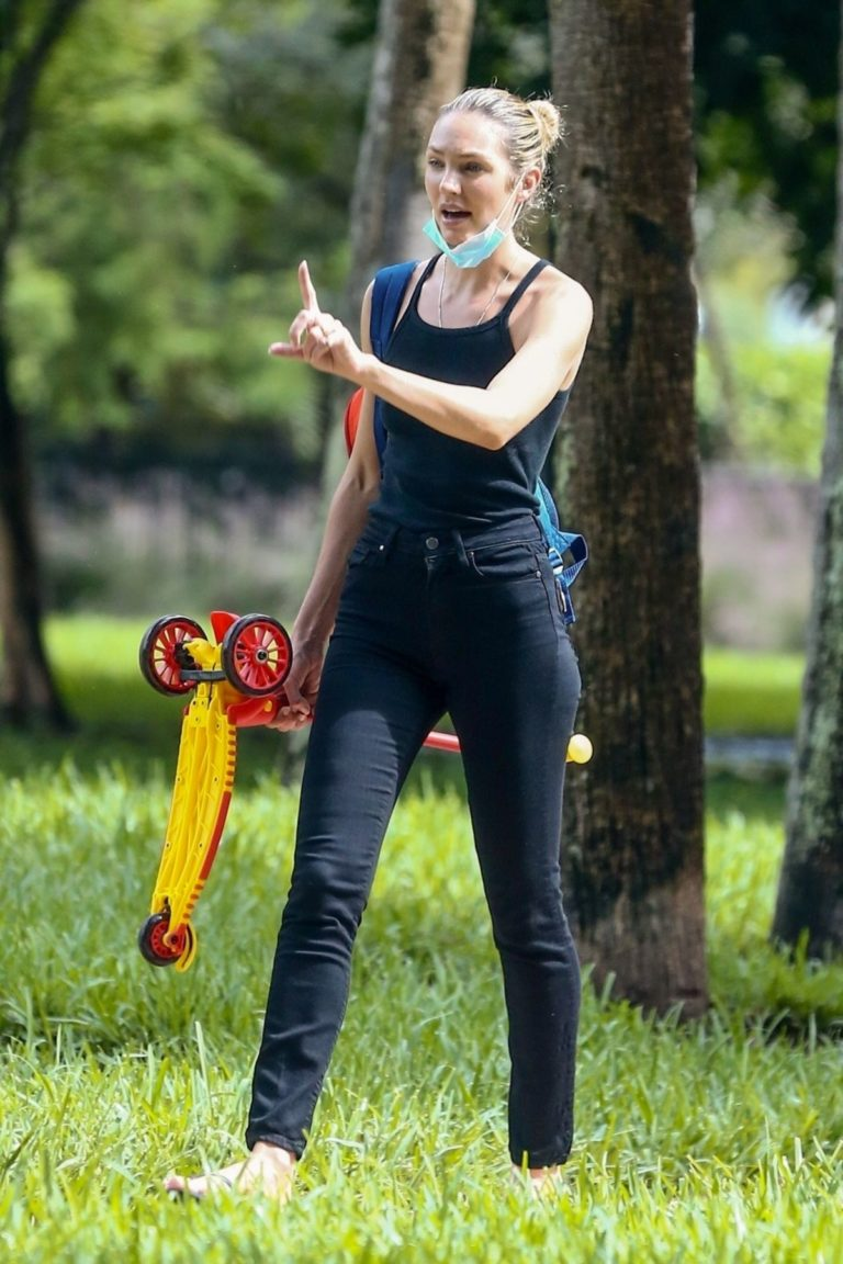 Candice Swanepoel Out at a Park in Miami Beach 2020/10/25 7