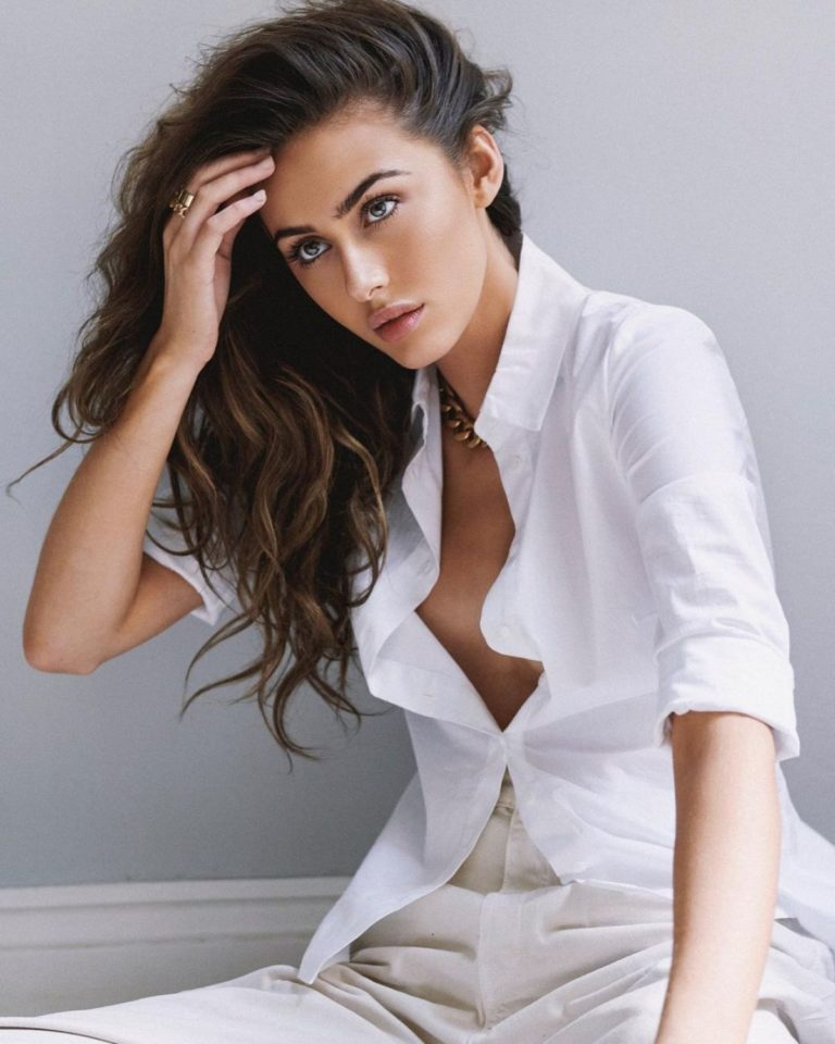 Chloe Veitch in White Shirt and Flashes her Cleavage during Photoshoot 2020/10/24 1