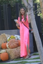 Chrissy Teigen in Pink Outfit at a Pumpkin Farm in Los Angeles 2020/10/25 1
