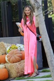 Chrissy Teigen in Pink Outfit at a Pumpkin Farm in Los Angeles 2020/10/25 4