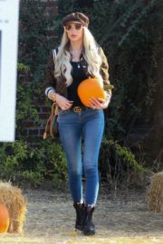 Christine Quinn at a Pumpkin Patch in Hollywood 2020/10/22 1