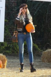 Christine Quinn at a Pumpkin Patch in Hollywood 2020/10/22 3