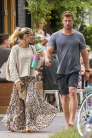 Elsa Pataky and Chris Hemsworth Out for Breakfast in Byron Bay 2020/09/23 1