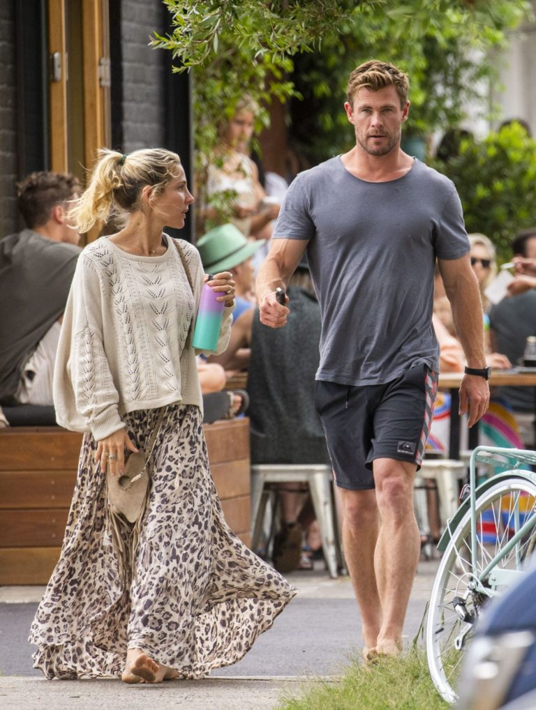 Elsa Pataky and Chris Hemsworth Out for Breakfast in Byron Bay 2020/09/23 2