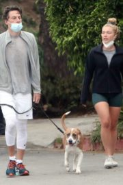 Florence Pugh and Zach Braff Out with Their Dog in Los Angeles 2020/10/23 1