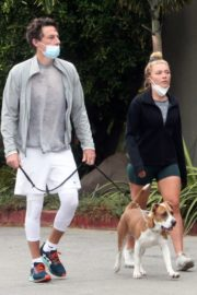 Florence Pugh and Zach Braff Out with Their Dog in Los Angeles 2020/10/23 2