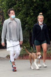 Florence Pugh and Zach Braff Out with Their Dog in Los Angeles 2020/10/23 3