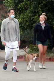 Florence Pugh and Zach Braff Out with Their Dog in Los Angeles 2020/10/23 7