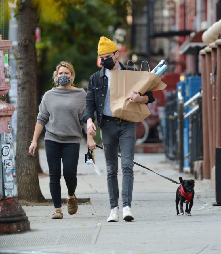 Hilary Duff and Matthew Koma Out with Their Dog in New York 2020/10/24 4
