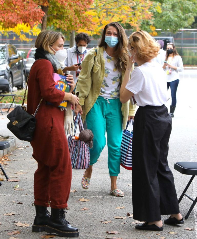 Hilary Duff, Sara Foster and Molly Kate Bernard on the Set of Younger in New York 2020/10/22 2