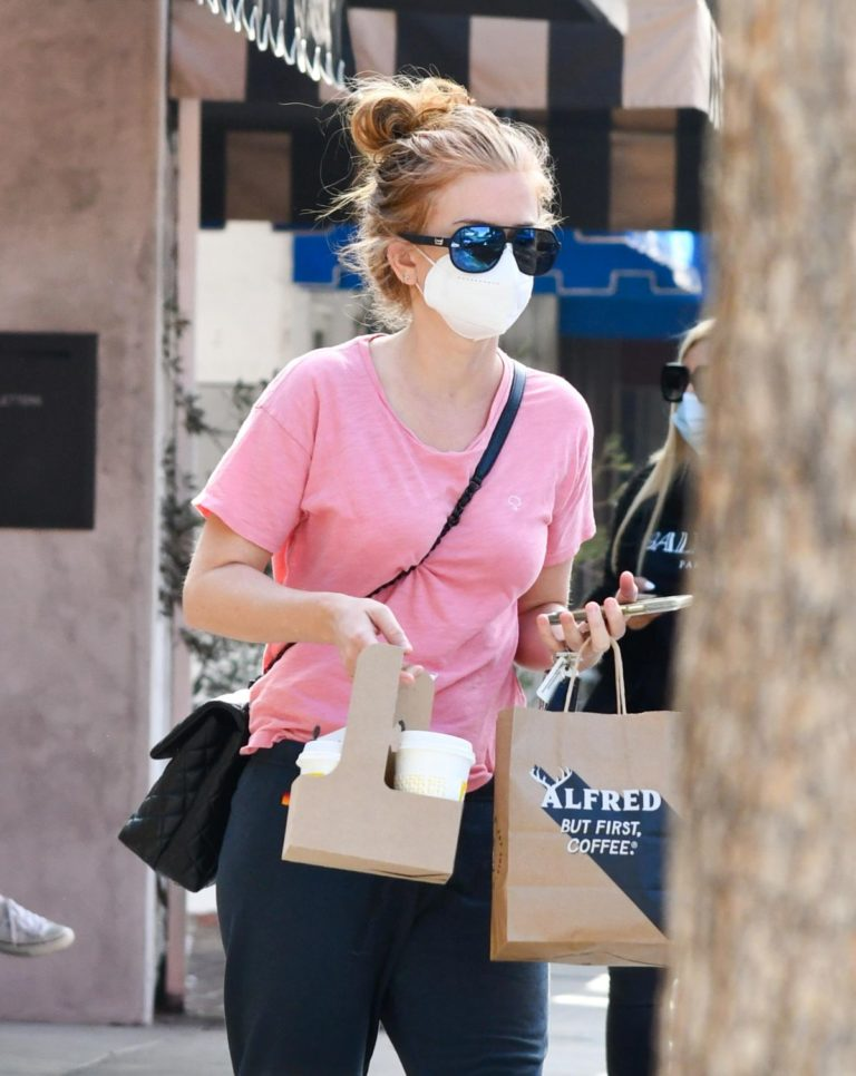 Isla Fisher in Pink Top and Track Pants Out in Los Angeles 2020/09/21 3