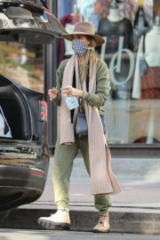 Jessica Alba Shopping at Urban Outfitters in Los Angeles 2020/10/25 1