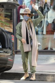 Jessica Alba Shopping at Urban Outfitters in Los Angeles 2020/10/25 2