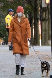 Lili Reinhart Out with Her Dog in Vancouver 2020/10/26 1
