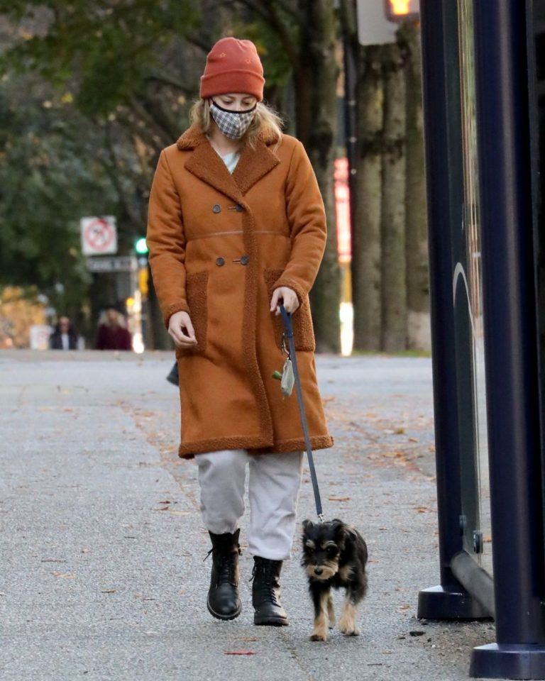 Lili Reinhart Out with Her Dog in Vancouver 2020/10/26 8