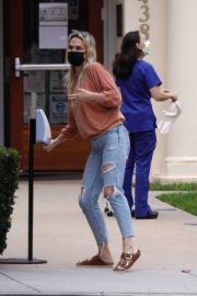 Molly Sims in Ripped Denim Out in Santa Monica 2020/10/24 2