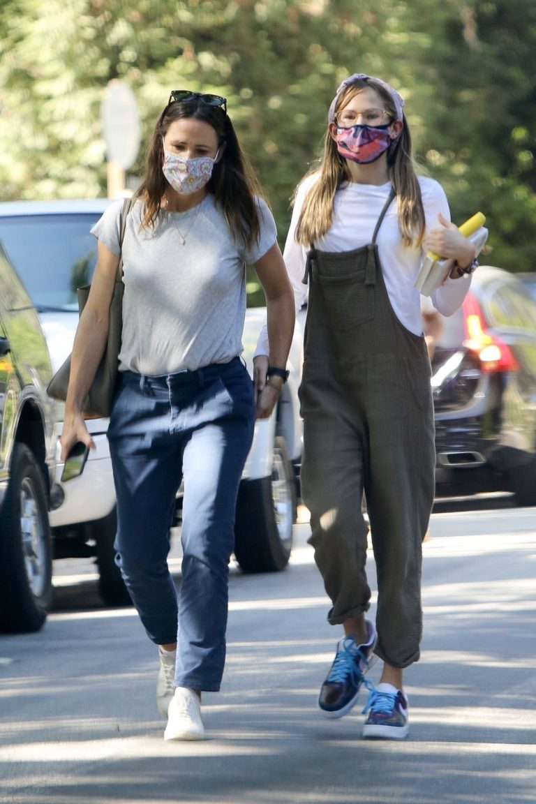 Out with Her Daughter in Los Angeles 2020/09/22 2