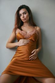 Pregnant Emily Ratajkowski Pregnancy Announcement Photoshoot for Vogue 2020/10/26 3
