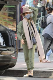 Shopping at Urban Outfitters in Los Angeles 2020/10/25 1