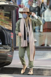Shopping at Urban Outfitters in Los Angeles 2020/10/25 2