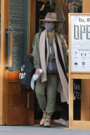 Shopping at Urban Outfitters in Los Angeles 2020/10/25 3