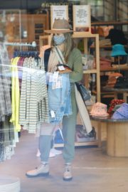 Shopping at Urban Outfitters in Los Angeles 2020/10/25 5