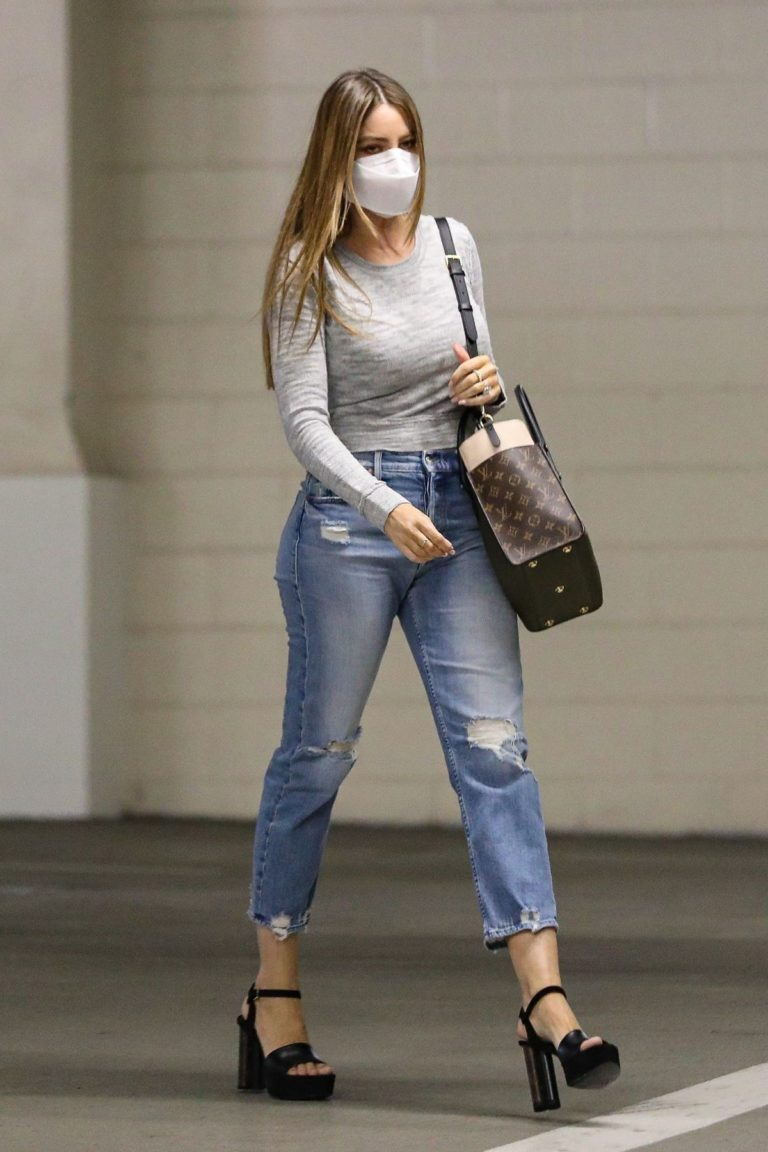 Sofia Vergara in Ripped Denim Heading to a Meeting in Beverly Hills 2020/10/26 9