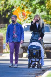 Sophie Turner and Joe Jonas walks with her baby Out in Los Angeles 2020/10/26 1
