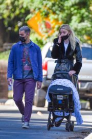 Sophie Turner and Joe Jonas walks with her baby Out in Los Angeles 2020/10/26 3