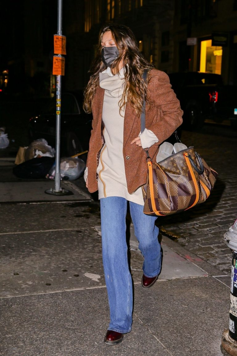 Bella Hadid Arrives at Her Apartment in New York 2020/10/29 6