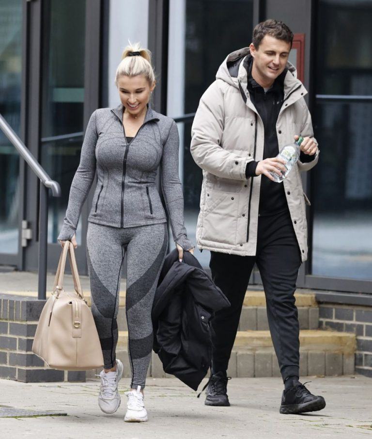 Billie Faiers with her friends Leaves Ice Rink in Essex 2020/11/26 9