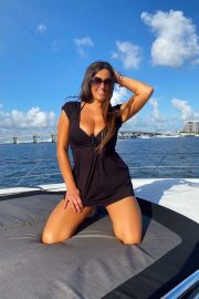 Claudia Romani flashes her cleavage at a Yacht in Miami 2020/11/15 5