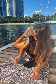 Claudia Romani flashes her cleavage at a Yacht in Miami 2020/11/15 6