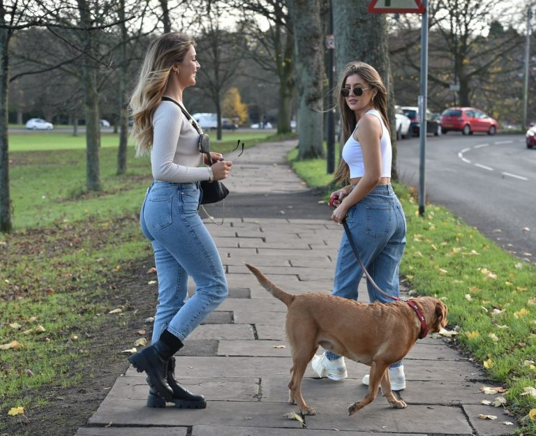 Georgia Steel and Maria Wild walks with her dog out in London 2020/11/23 4