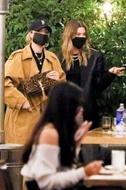 Hailey Rhode Bieber Out for Dinner with Friends in Beverly Hills 2020/11/16 2