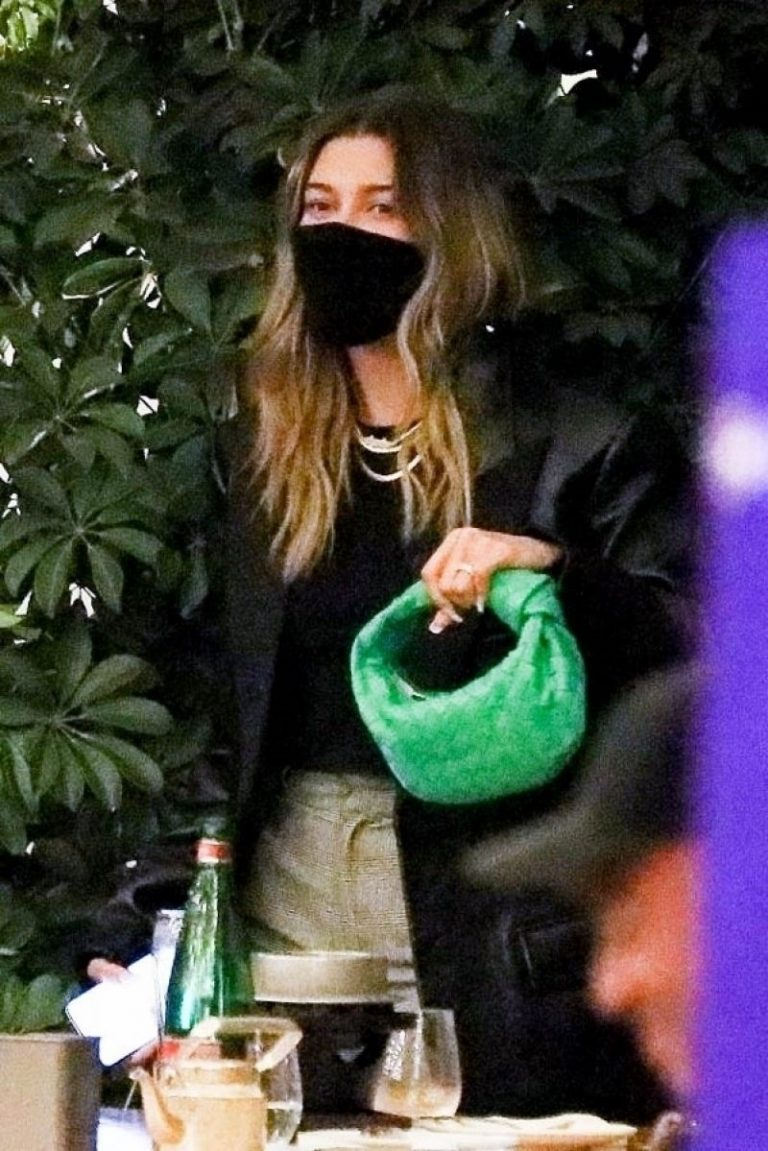 Hailey Rhode Bieber Out for Dinner with Friends in Beverly Hills 2020/11/16 3