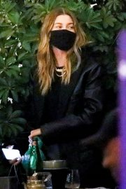 Hailey Rhode Bieber Out for Dinner with Friends in Beverly Hills 2020/11/16 5