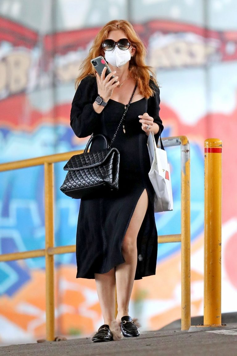 Isla Fisher in Black Outfit Out and About in Sydney 2020/11/26 5