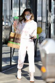Jessica Alba Out for Food and Juice to go in Los Angeles 2020/11/22 2