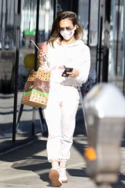 Jessica Alba Out for Food and Juice to go in Los Angeles 2020/11/22 4