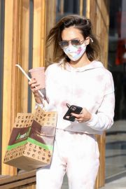 Jessica Alba Out for Food and Juice to go in Los Angeles 2020/11/22 8