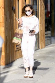 Jessica Alba Out for Food and Juice to go in Los Angeles 2020/11/22 9