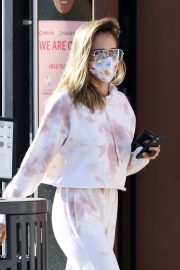 Jessica Alba Out for Food and Juice to go in Los Angeles 2020/11/22 10