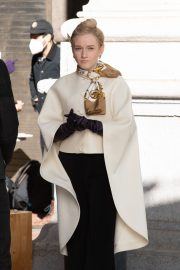 Julia Garner on the Set of Inventing Anna in New York 2020/11/16 4