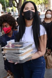 Kimora Lee Simmons Gives Thanksgiving Meals to Homeless in Los Angeles 2020/11/24 1