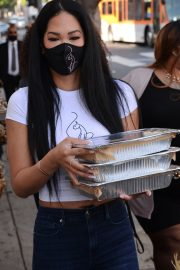 Kimora Lee Simmons Gives Thanksgiving Meals to Homeless in Los Angeles 2020/11/24 2