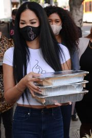 Kimora Lee Simmons Gives Thanksgiving Meals to Homeless in Los Angeles 2020/11/24 4