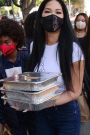 Kimora Lee Simmons Gives Thanksgiving Meals to Homeless in Los Angeles 2020/11/24 5